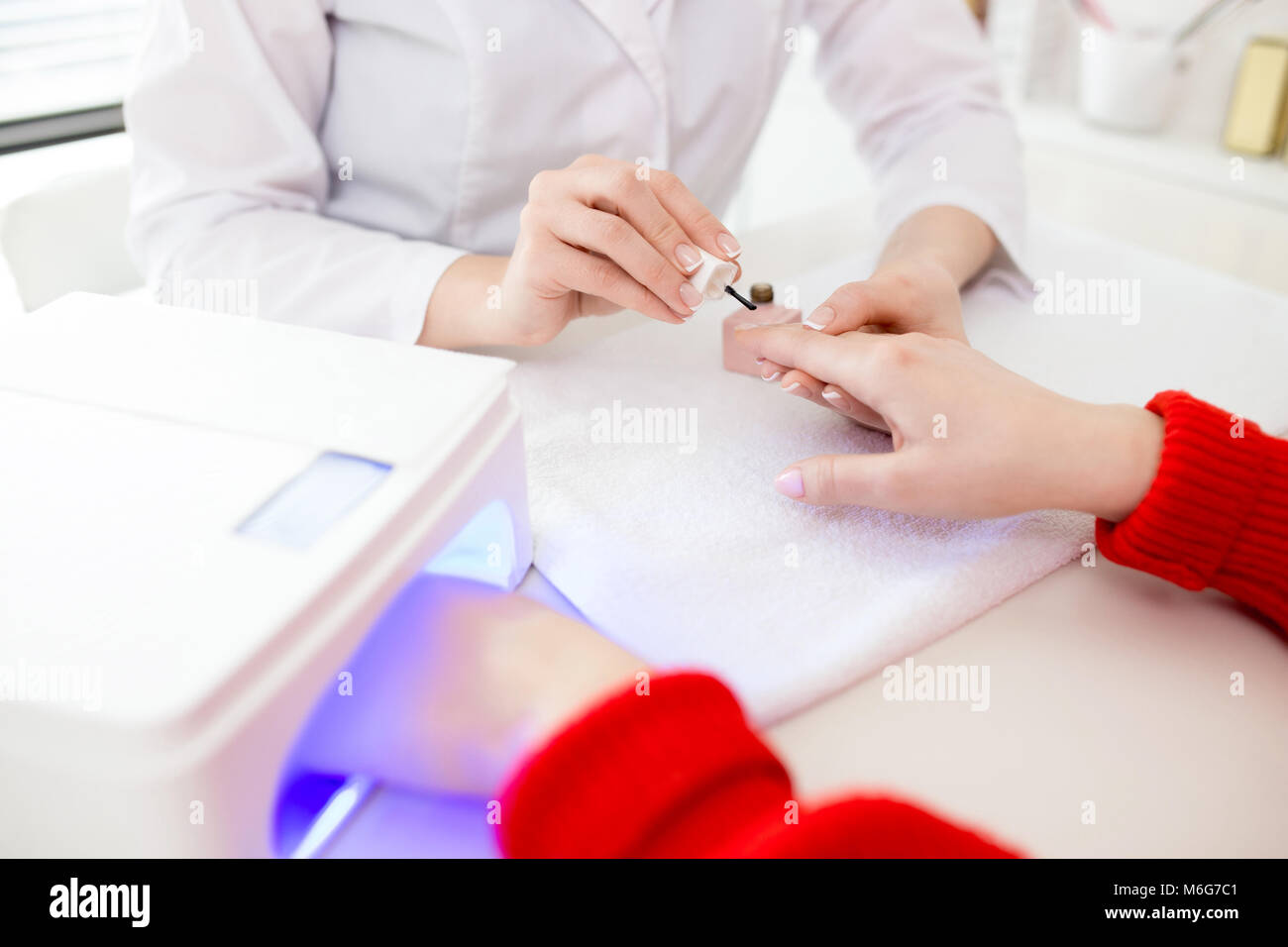 Couvrant des ongles avec Gel Polish Photo Stock
