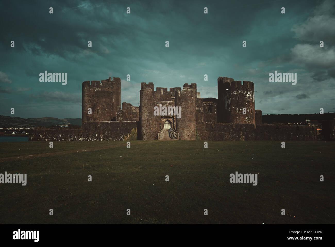 Caerphilley château avec ciel nuageux. Paysage du Pays de Galles Banque D'Images