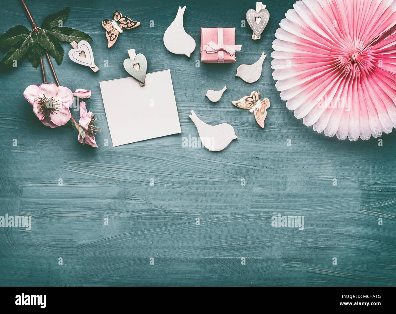 mise en page avec des fleurs  vacances oiseaux d u00e9coratifs  rose bo u00eete cadeau  papier vierge