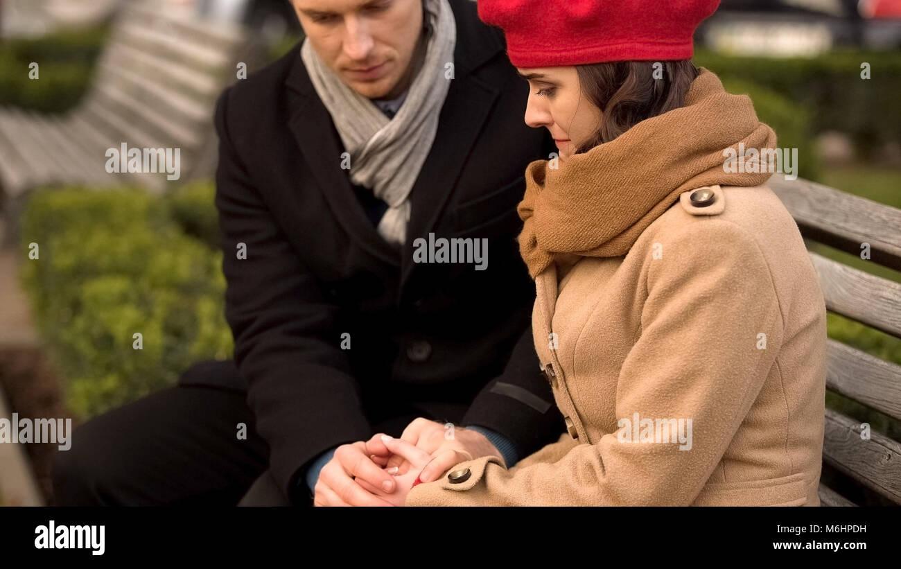 Les jeunes époux à l'appui de son épouse bien-aimée, de la santé et problèmes Photo Stock