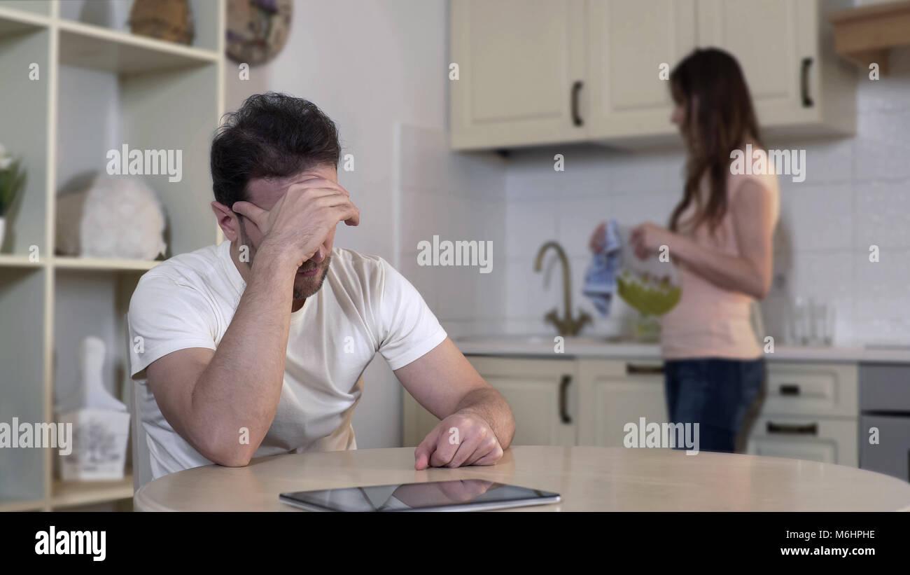 Jeune femme nerveux de se quereller avec l'homme, agacé mari ignorant épouse, liquidation Photo Stock