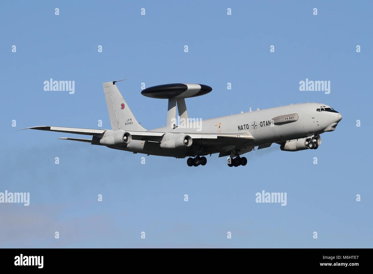 Boeing E-3A de l'OTAN Sentry de Geilenkirchen, en Allemagne, en approche de RAF Mildenhall au cours d'un Photo Stock