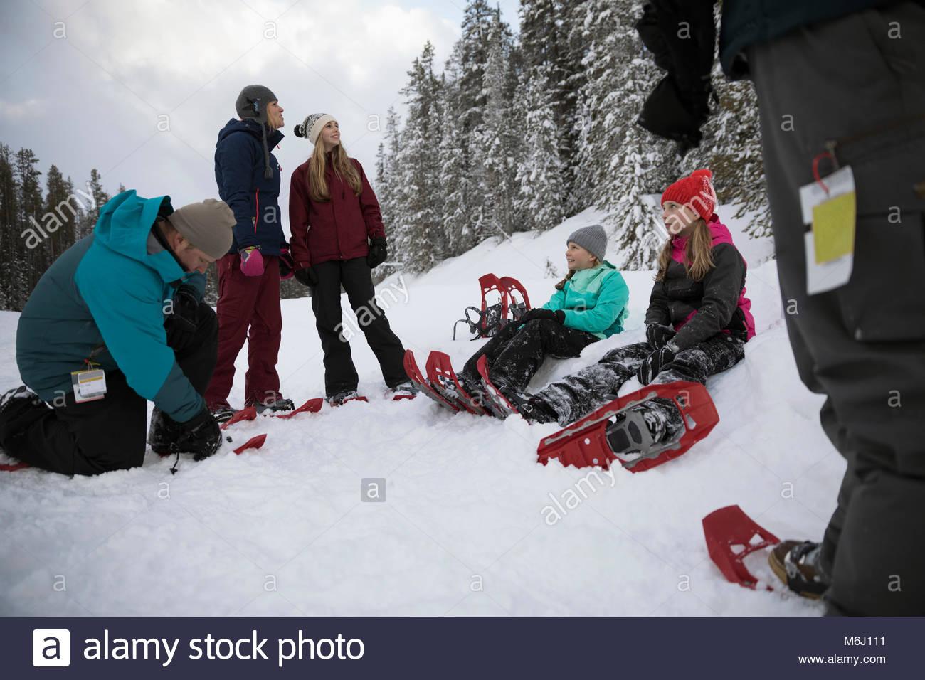 La préparation de la famille pour la raquette, raquettes à neige en mettant sur Photo Stock