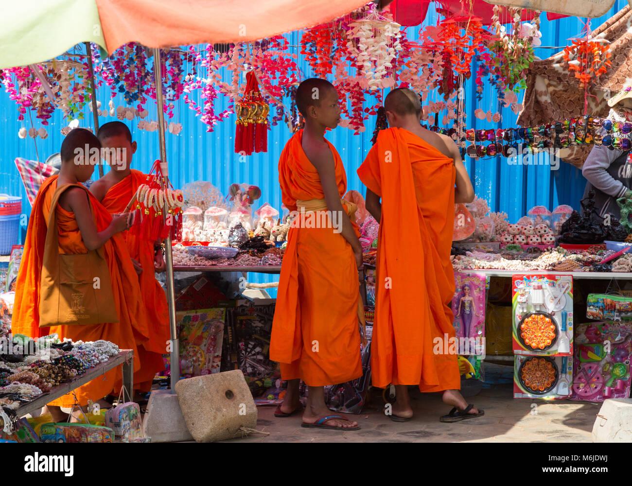 Les jeunes moines bouddhistes shopping at a market stall, Kep, au Cambodge, en Asie Photo Stock