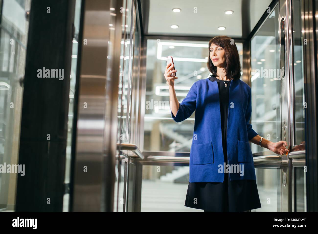 Des profils d'affaires en fonction de l'utilisation de smartphone Blackberry Photo Stock