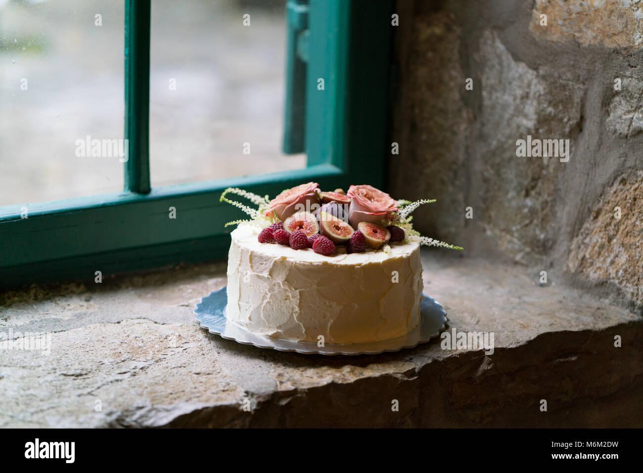 Des gâteau de mariage décoré de fleurs et de fruits Photo Stock