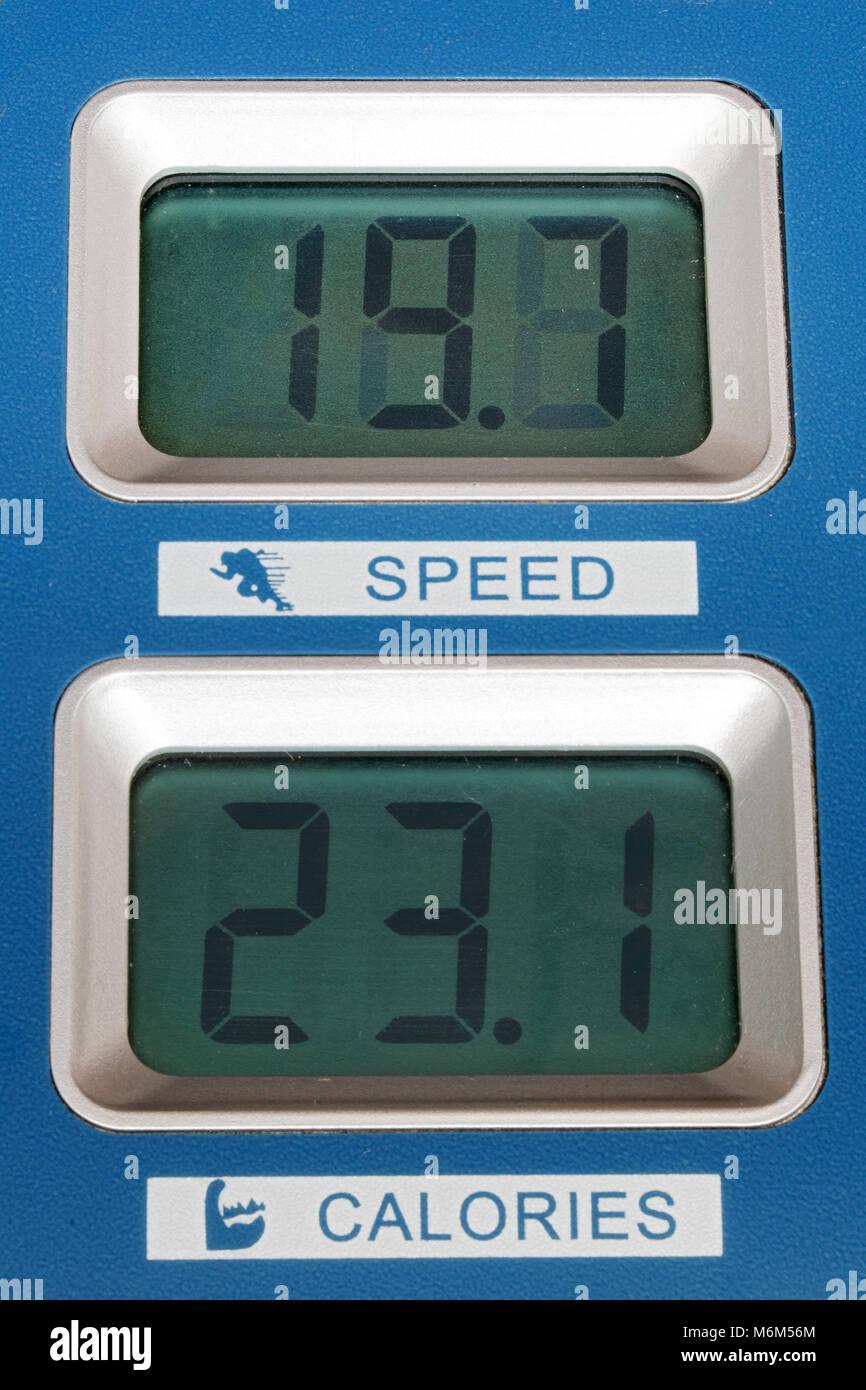 L'écran affiche la vitesse et les calories brûlées sur la machine de formation. Photo Stock