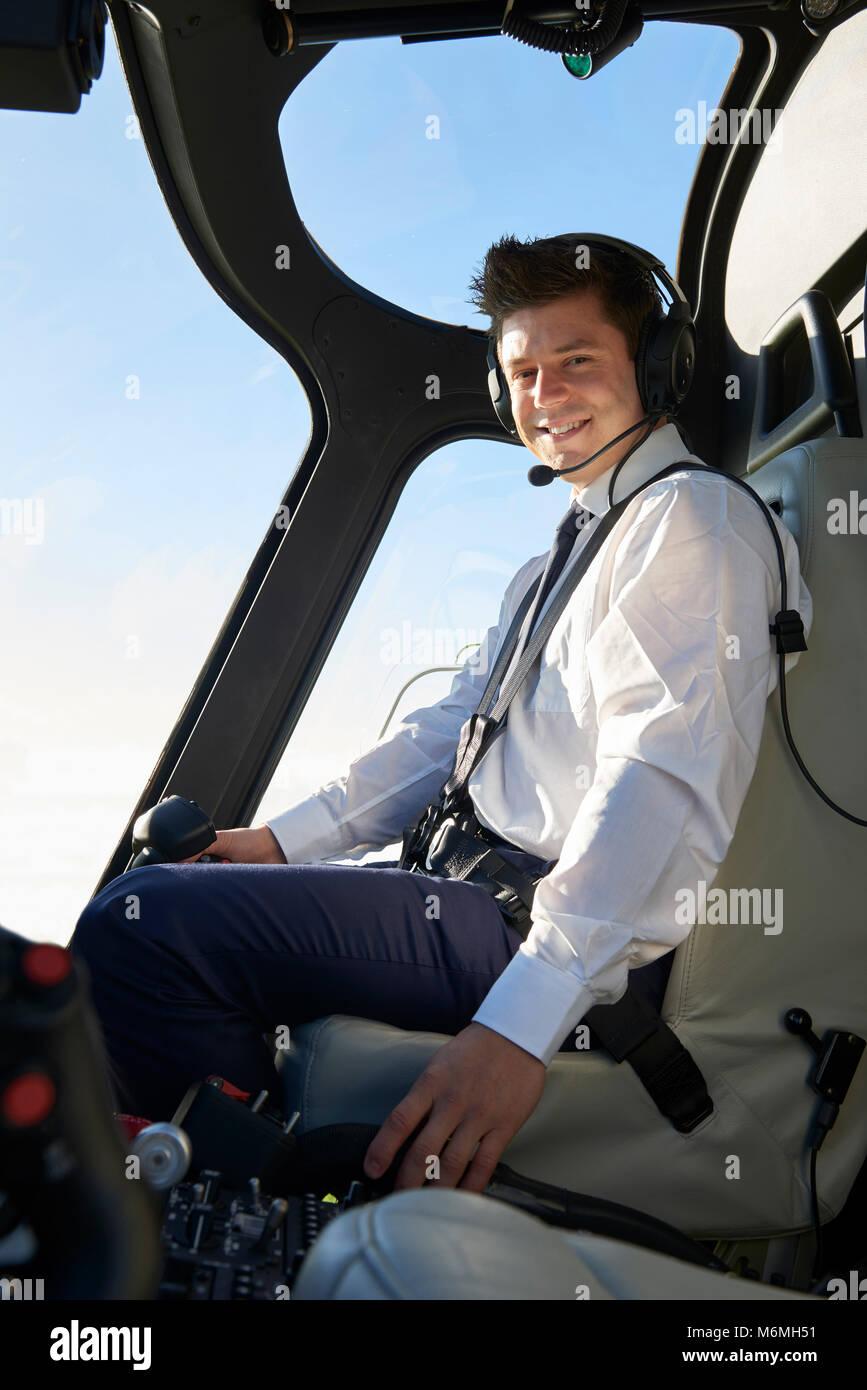 Portrait de pilote dans le cockpit de l'hélicoptère pendant le vol. Photo Stock