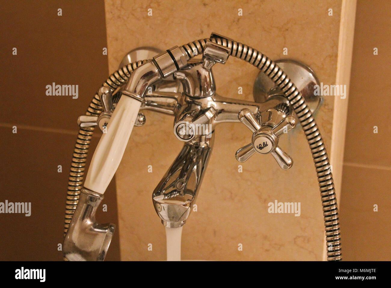 Salle de bains en marbre avec batterie en acier, photo détaillée Banque D'Images