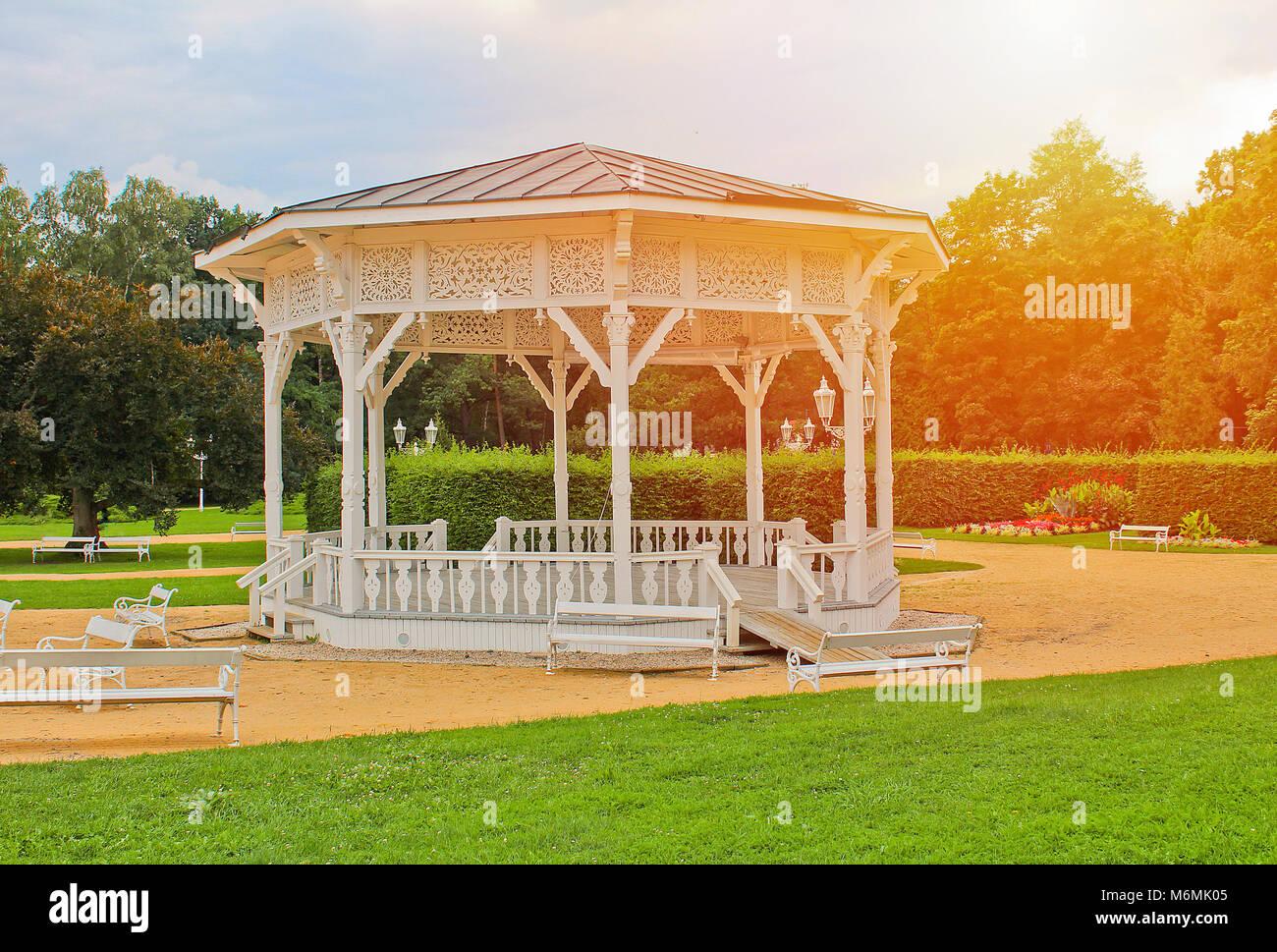 Dans un pavillon blanc, Frantiskovy Lazne ville parc avec Sun Banque D'Images