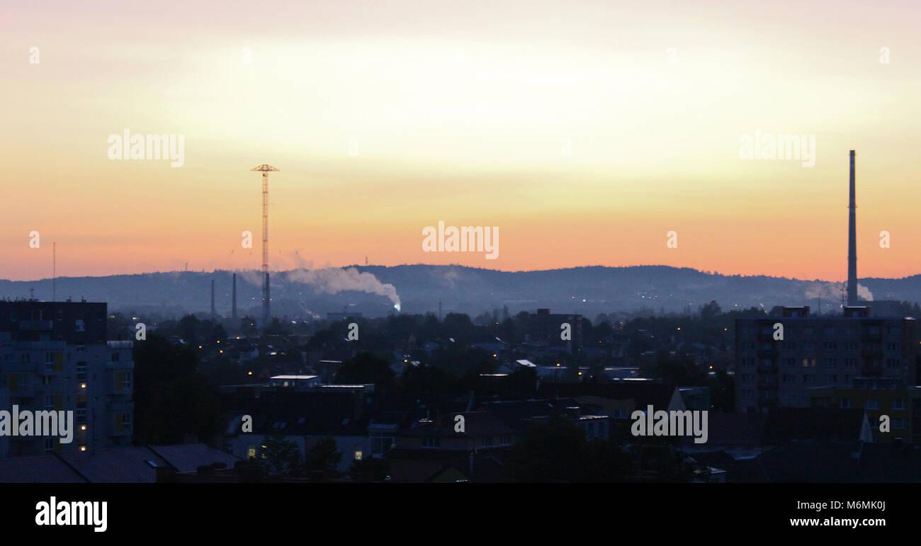 Lever du soleil au matin mystérieux sur city Rudolfov Banque D'Images