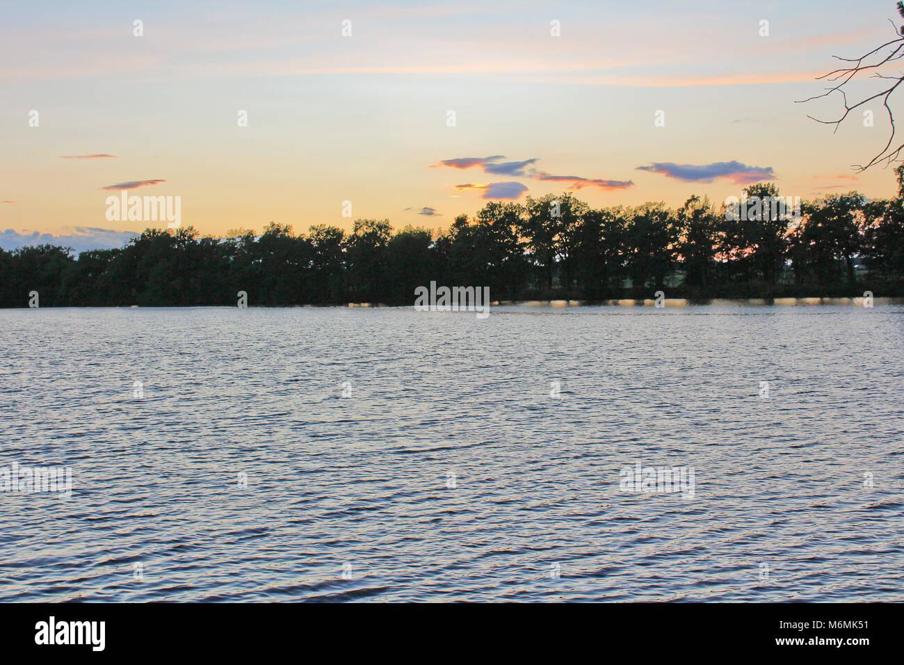 Coucher du soleil sur l'étang d'arbres silhouette, paysage tchèque Banque D'Images
