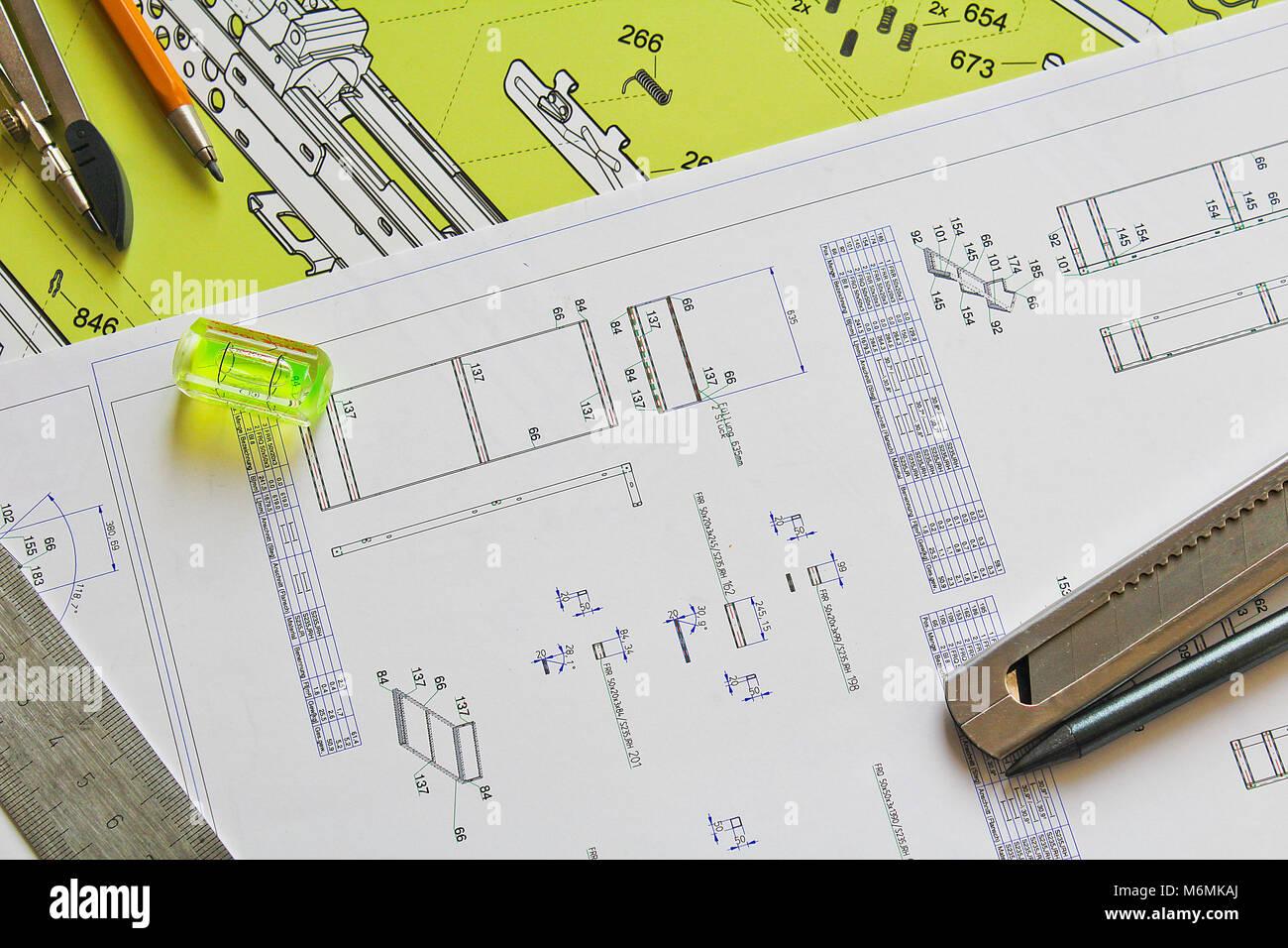 Plan avec crayon, compas, couteau, niveau de l'eau et la règle en acier Banque D'Images