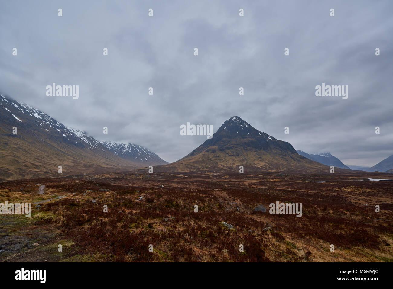 Glen Coe nous interpelle en tant que vous regardez à l'Ouest vers la tête de il gardés par l'Aonach Photo Stock