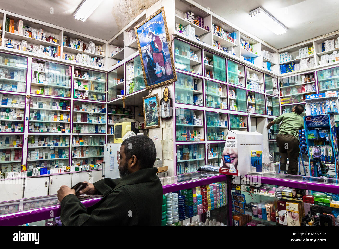 Un Copte Chretienne Avec Pharmacie Geree Par La Decoration