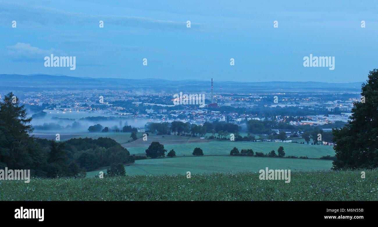 Ville dans le brouillard du matin avec arbres et prairie, Ceske Budejovice, République tchèque landscape Banque D'Images
