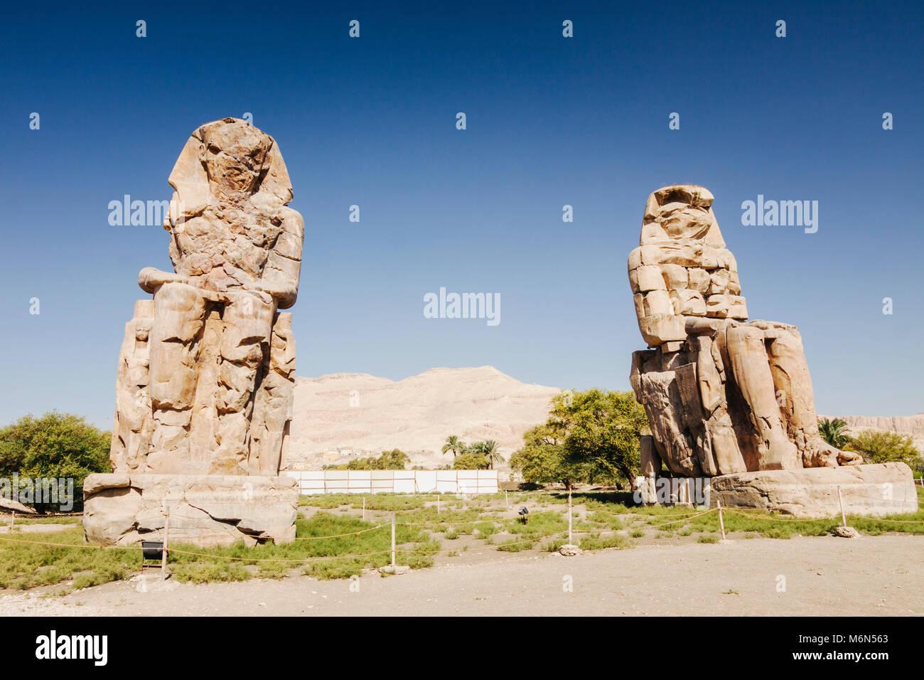 Louxor, Egypte. Colosses de Memnon, deux énormes statues de pierre du pharaon Aménophis III, qui régna Photo Stock