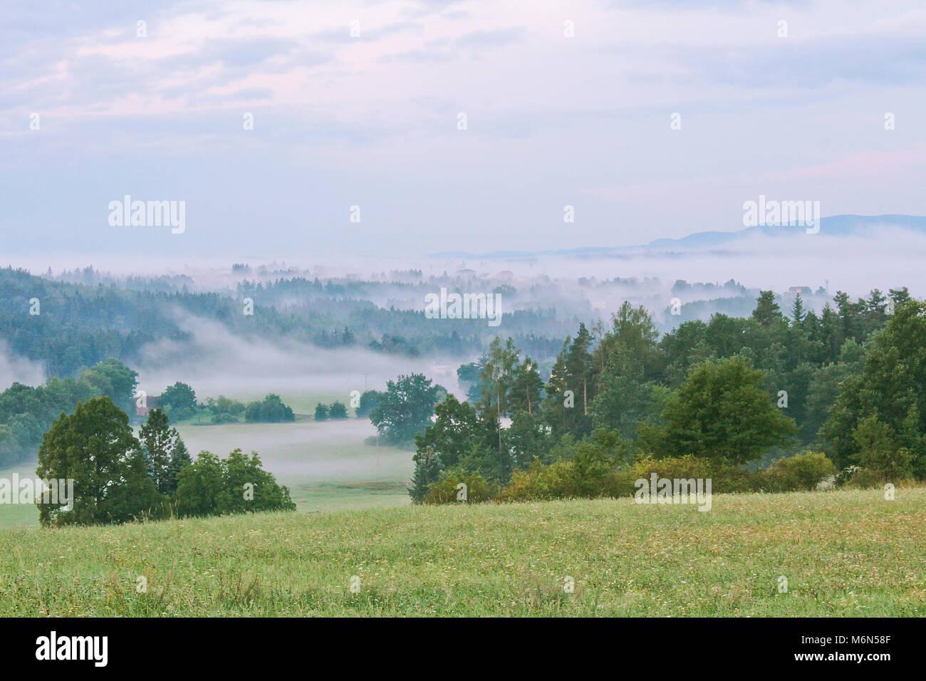 Prairie et arbres avec Hill dans le brouillard du matin, paysage tchèque Banque D'Images