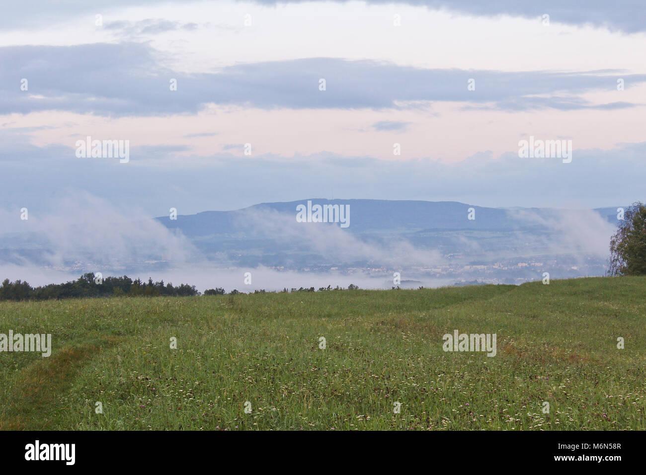 Klet Meadow Hill dans le brouillard du matin, paysage tchèque Banque D'Images