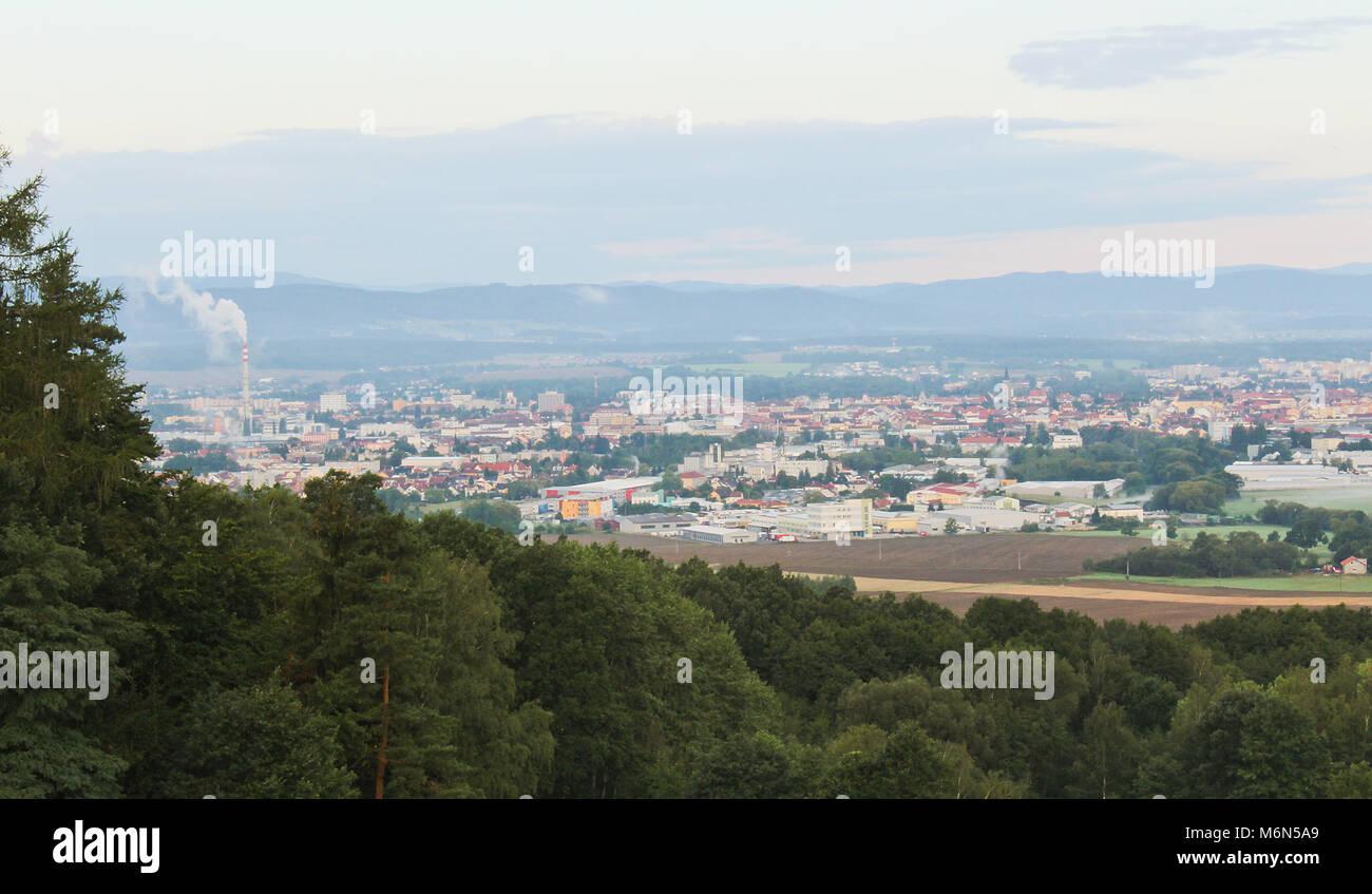 Ceske Budejovice dans le brouillard du matin avec la fumée de la ville et arbres de gauche, paysage tchèque Banque D'Images
