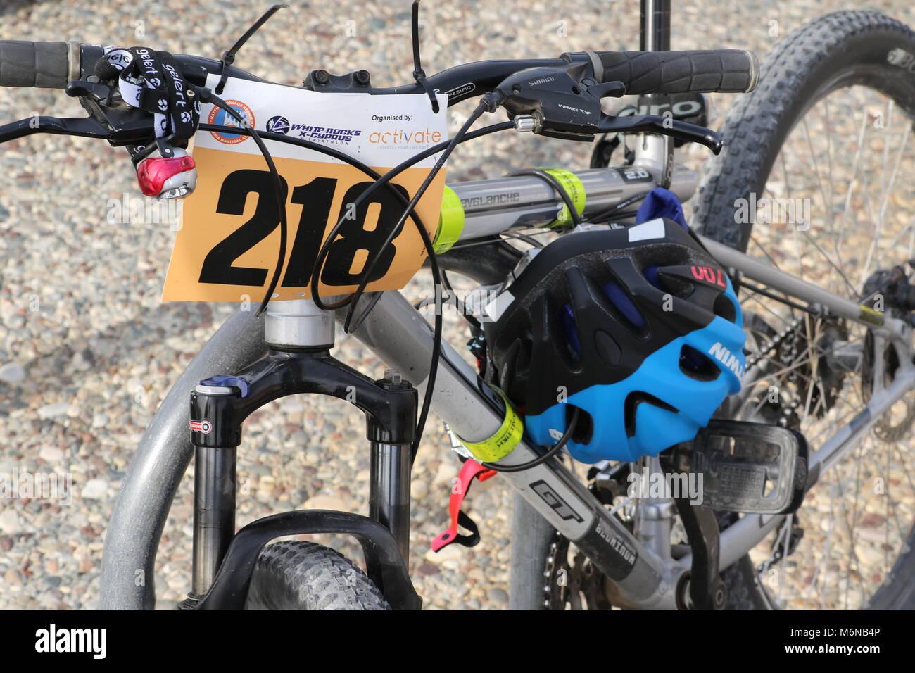 Vélo avec porteur nombre et casque bleu à la 20e marathon Logicom Chypre, demi-marathon, 10km, 5KM (04/03/2018), Photo Stock