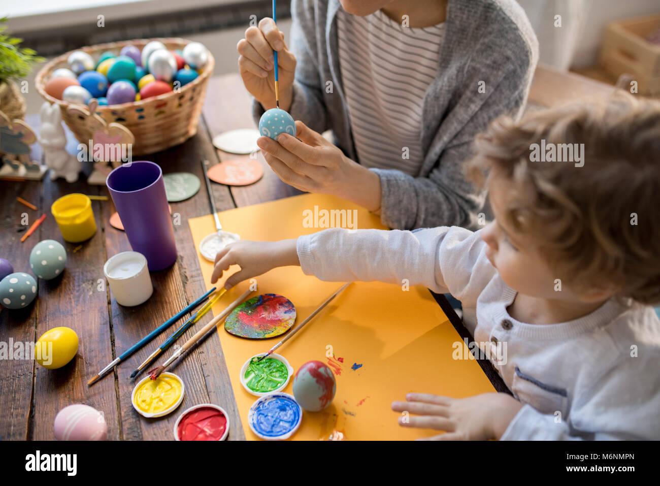 La peinture des Œufs de Pâques en famille pour les vacances Photo Stock