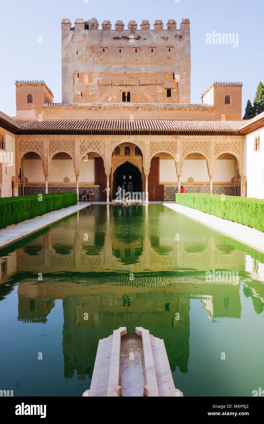 Grenade, Andalousie, Espagne - 18 juillet 2010: Tour de Comares et miroir d'eau dans la Cour des Myrtes Photo Stock