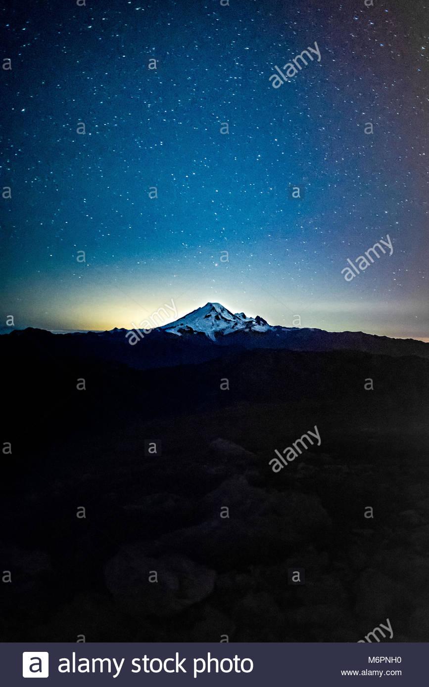 Ciel de nuit avec les étoiles sur les montagnes de l'état de Washington. Banque D'Images