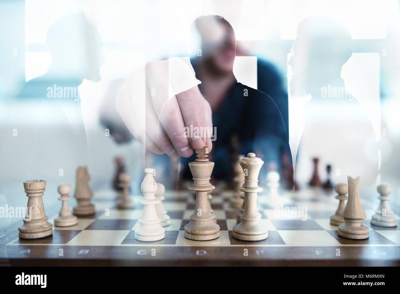 Tactique d'affaires avec jeu d'affaires et qui travaillent ensemble dans le bureau. Concept d'équipe, de partenariat et d'une stratégie double exposition. Banque D'Images