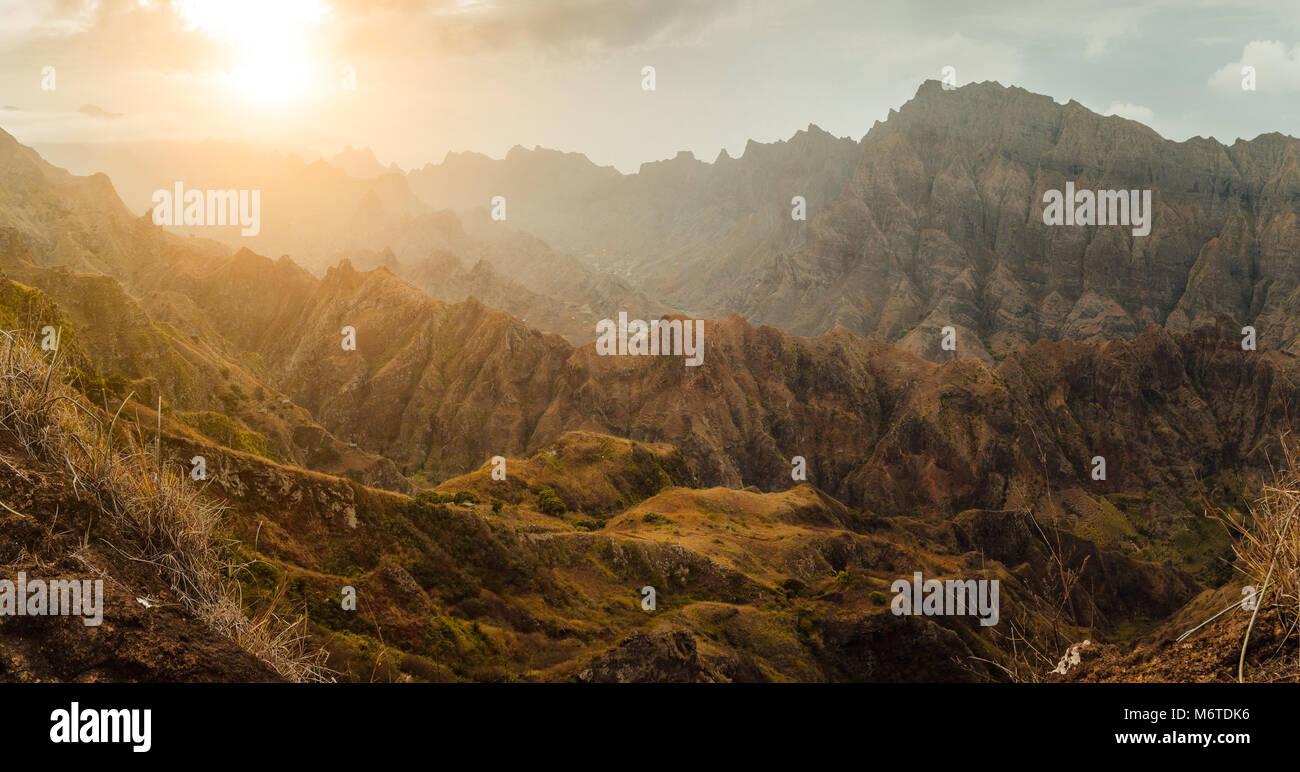 Coucher du soleil sur la montagne à couper le souffle paysage coloré à Delgadim point de vue. Santo Photo Stock