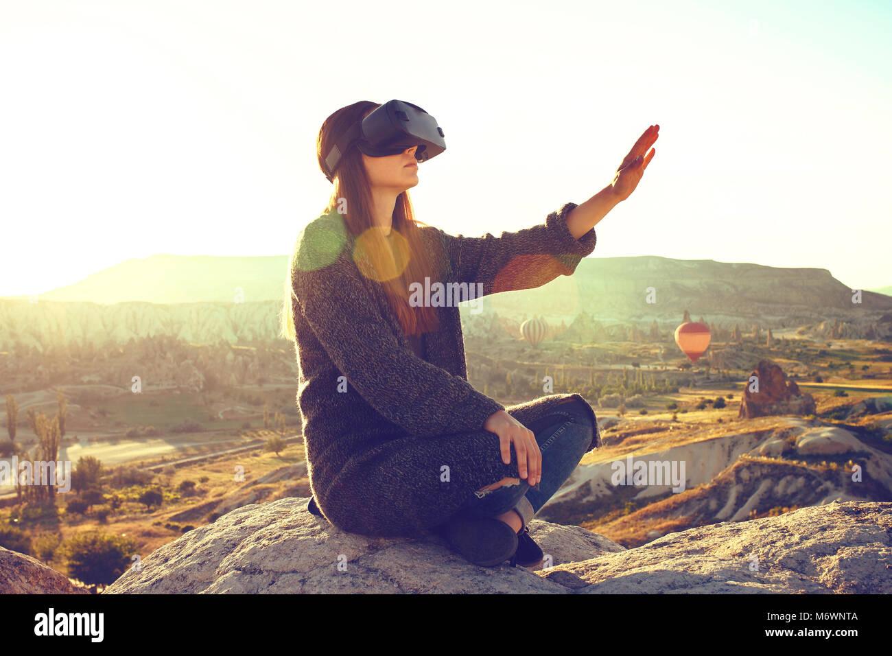 Femme avec des lunettes de réalité virtuelle. La future technologie concept. La technologie de l'imagerie Photo Stock