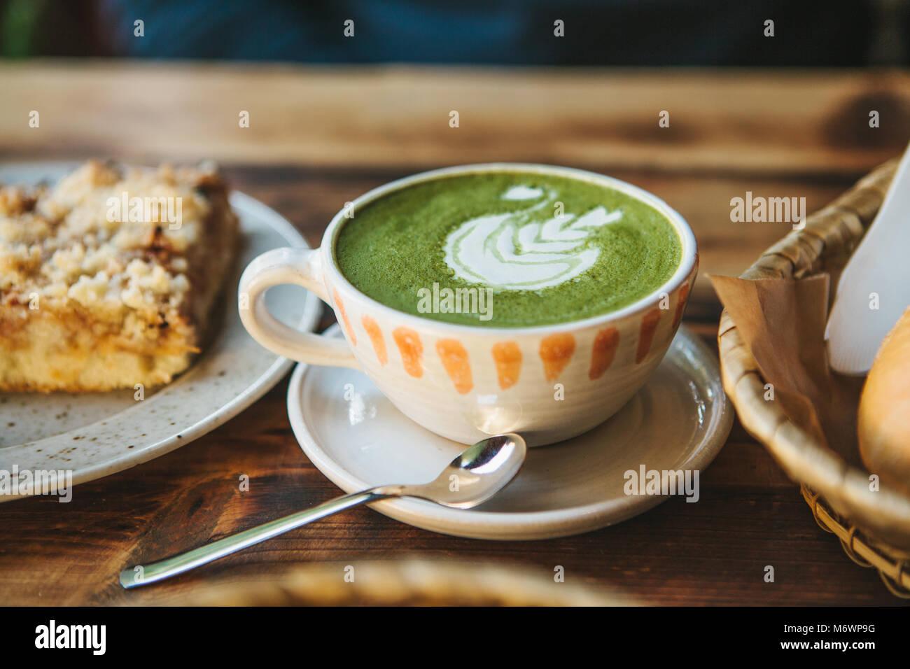 Close-up tasse en céramique avec le thé vert matcha appelé Photo Stock