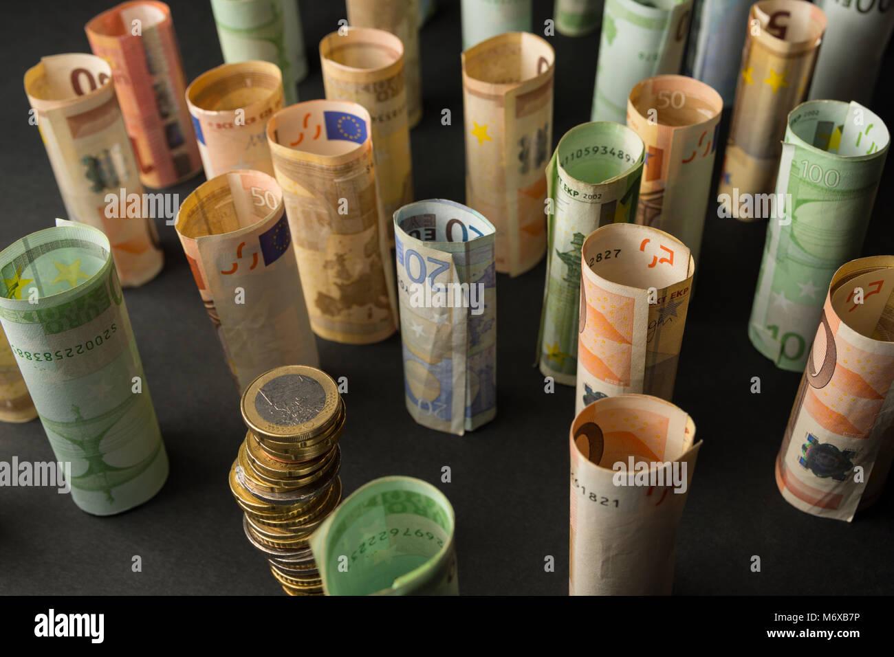 Pile de pièces en euro et des rouleaux de billets de banque dans l'arrière-plan Banque D'Images