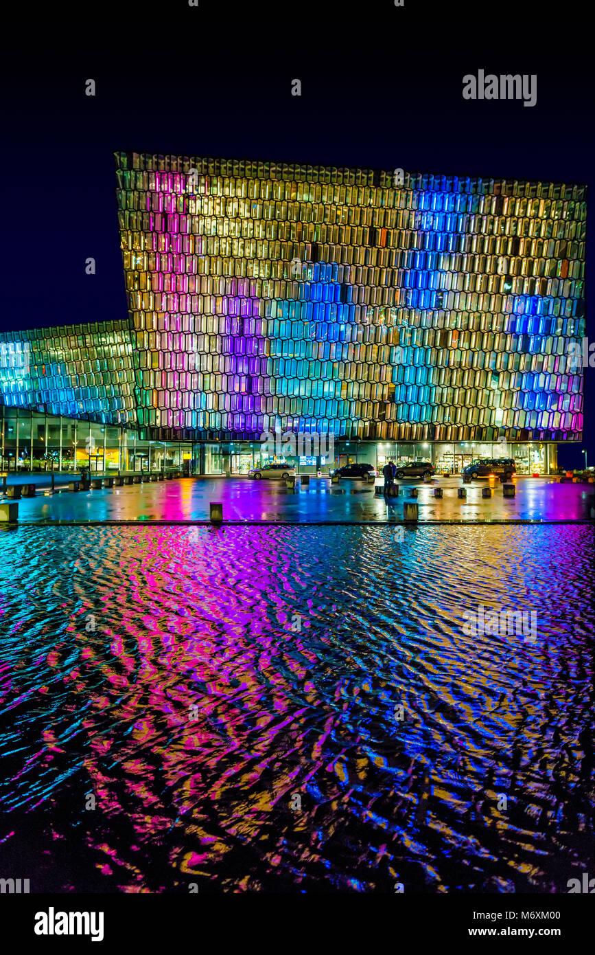 Lumières colorées- phares du Festival d'hiver, Harpa Music Hall et centre de conférences, Reykjavik, Photo Stock