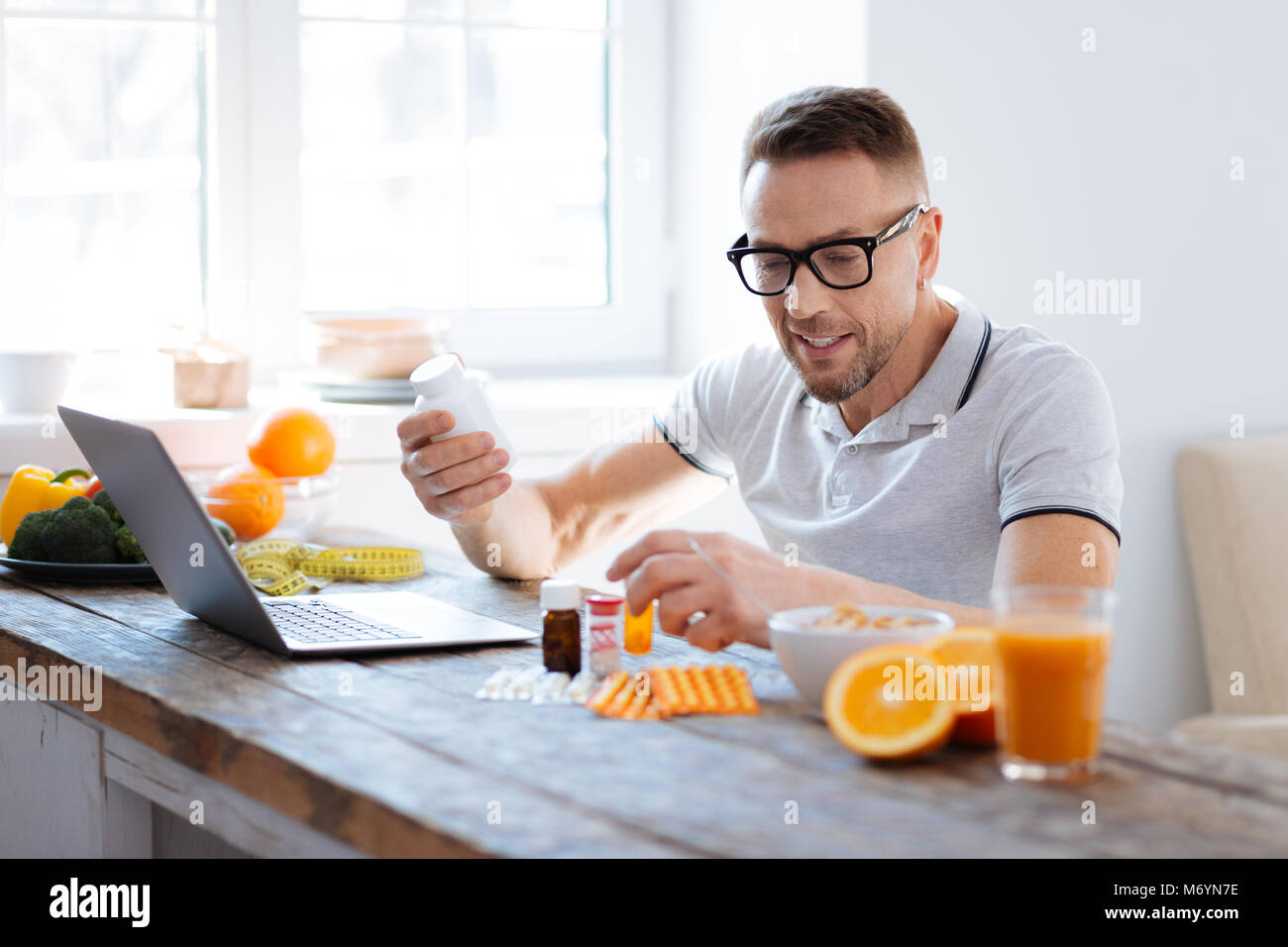 Charmant mà man studying biohacking compléments alimentaires Photo Stock