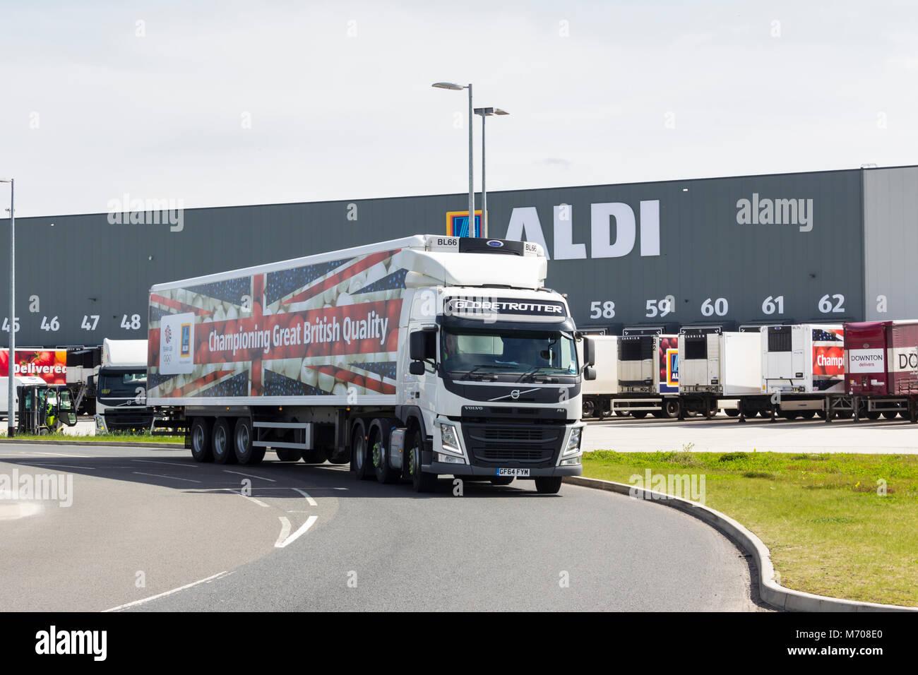 Camions de marque Aldi laissant le nouveau entrepôt logistique Distribution Aldi au nord, plus Hulton, Bolton. Photo Stock