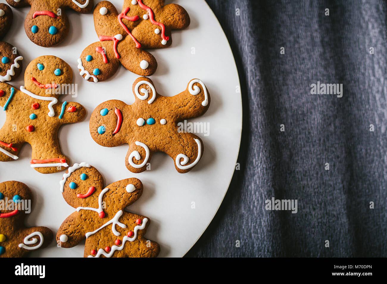 Gingerbread men sur fond sombre Photo Stock