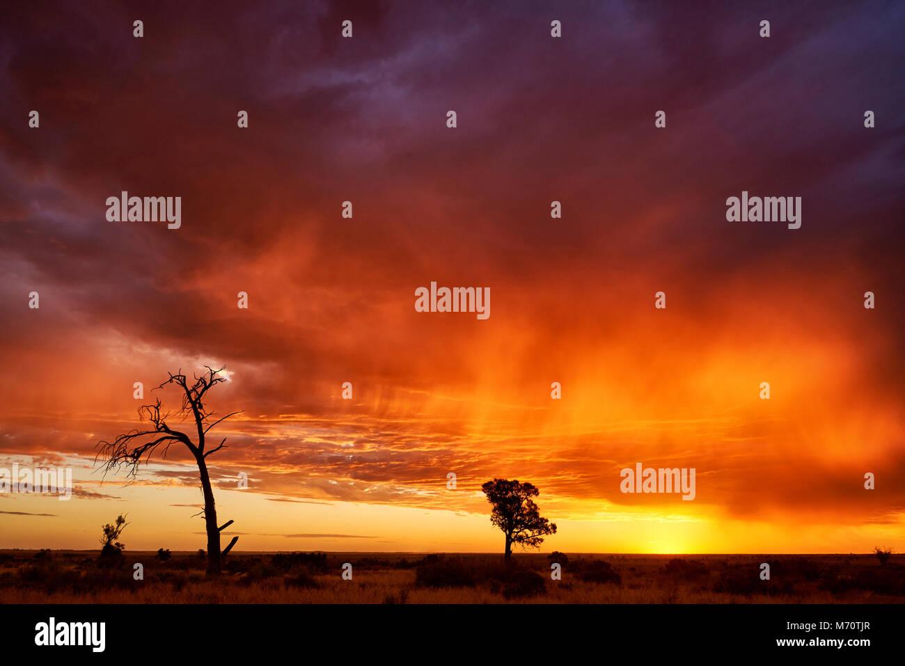 Bord du système météo qui se déplace sur le nord-ouest de Victoria au coucher du soleil. Photo Stock