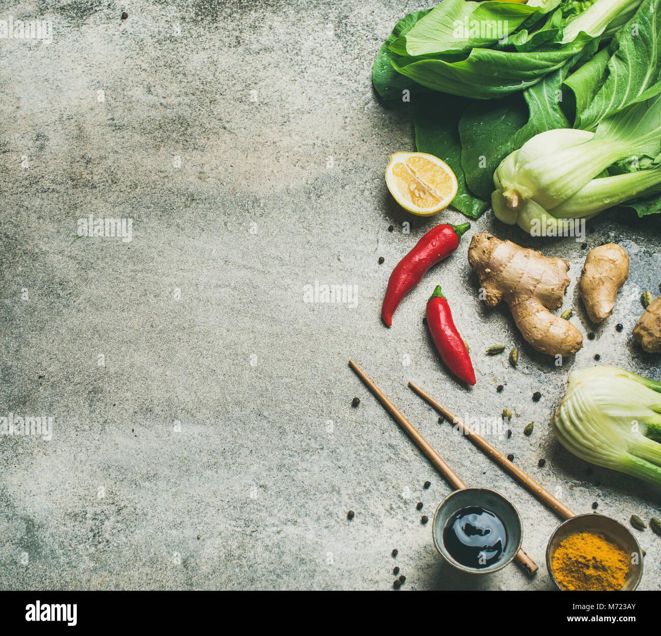 Télévision à jeter des ingrédients de la cuisine asiatique sur fond de béton gris Banque D'Images