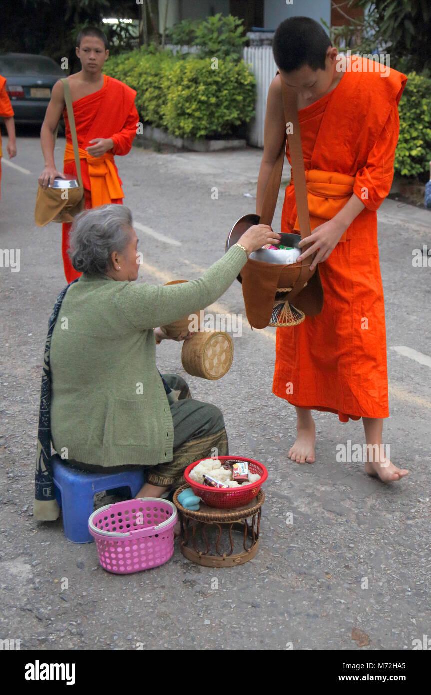 Les moines bouddhistes, collectilg l'aumône à l'aube à Luang Prabang au Laos Photo Stock