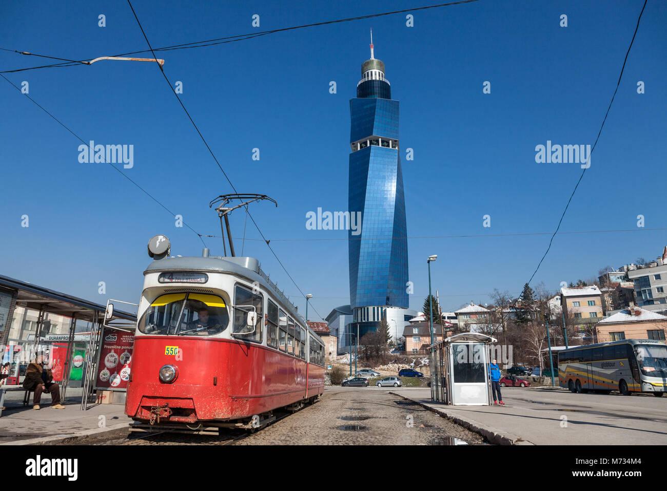SARAJEVO, Bosnie - février 16, 2018: Tram prêt pour le départ sur l'arrêt, l'Avaz Photo Stock