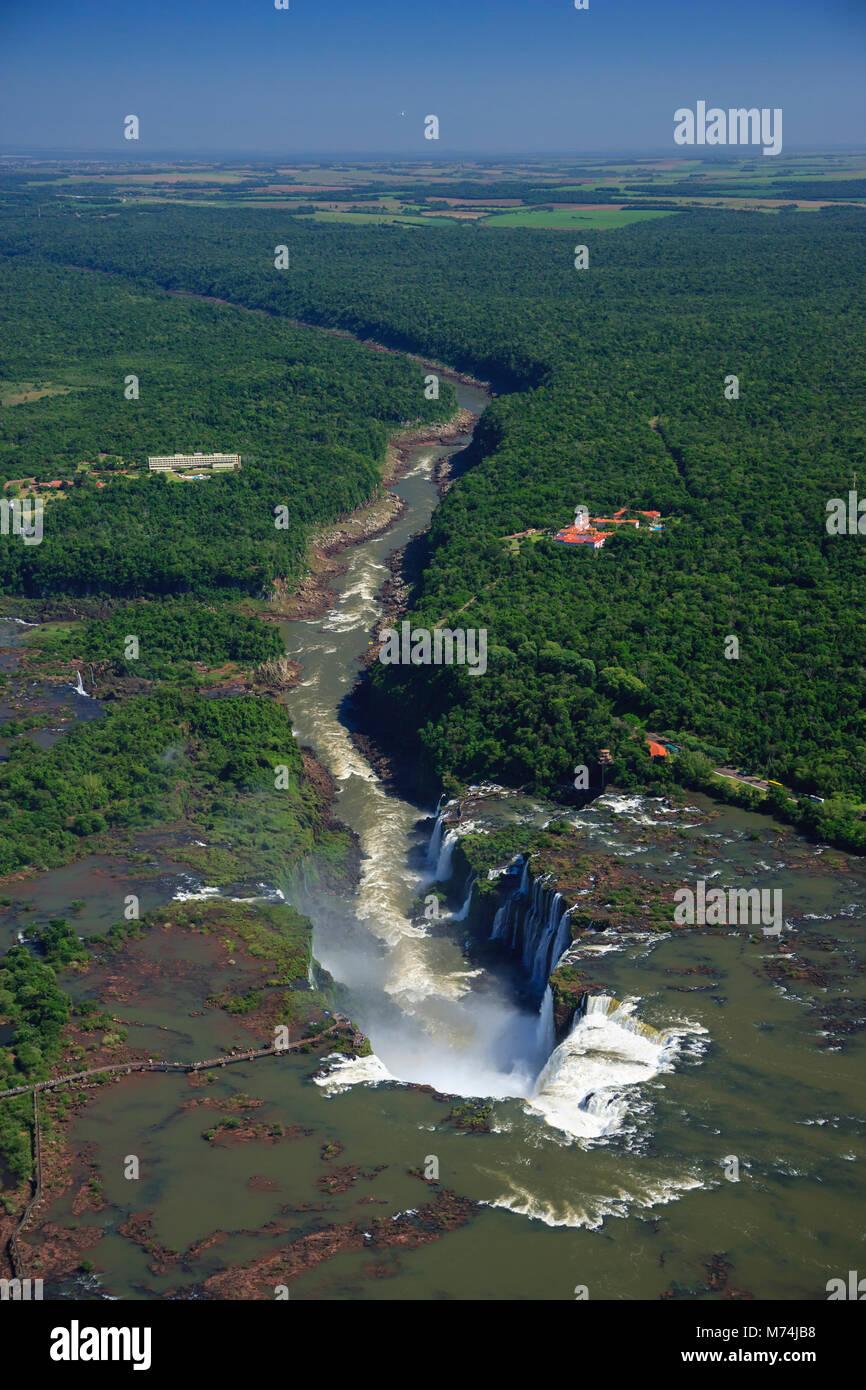 La vue aérienne de la rivière Iguazu Falls cascade ajoute sentier frontière perspective Brésil Argentine Paraguay Banque D'Images