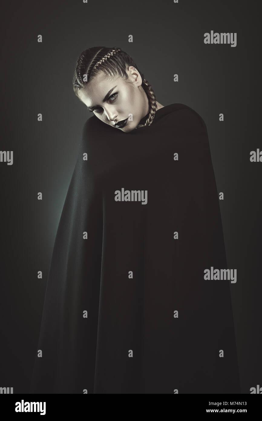 Femme vampire noir avec manteau noir . Halloween et gothique Photo Stock