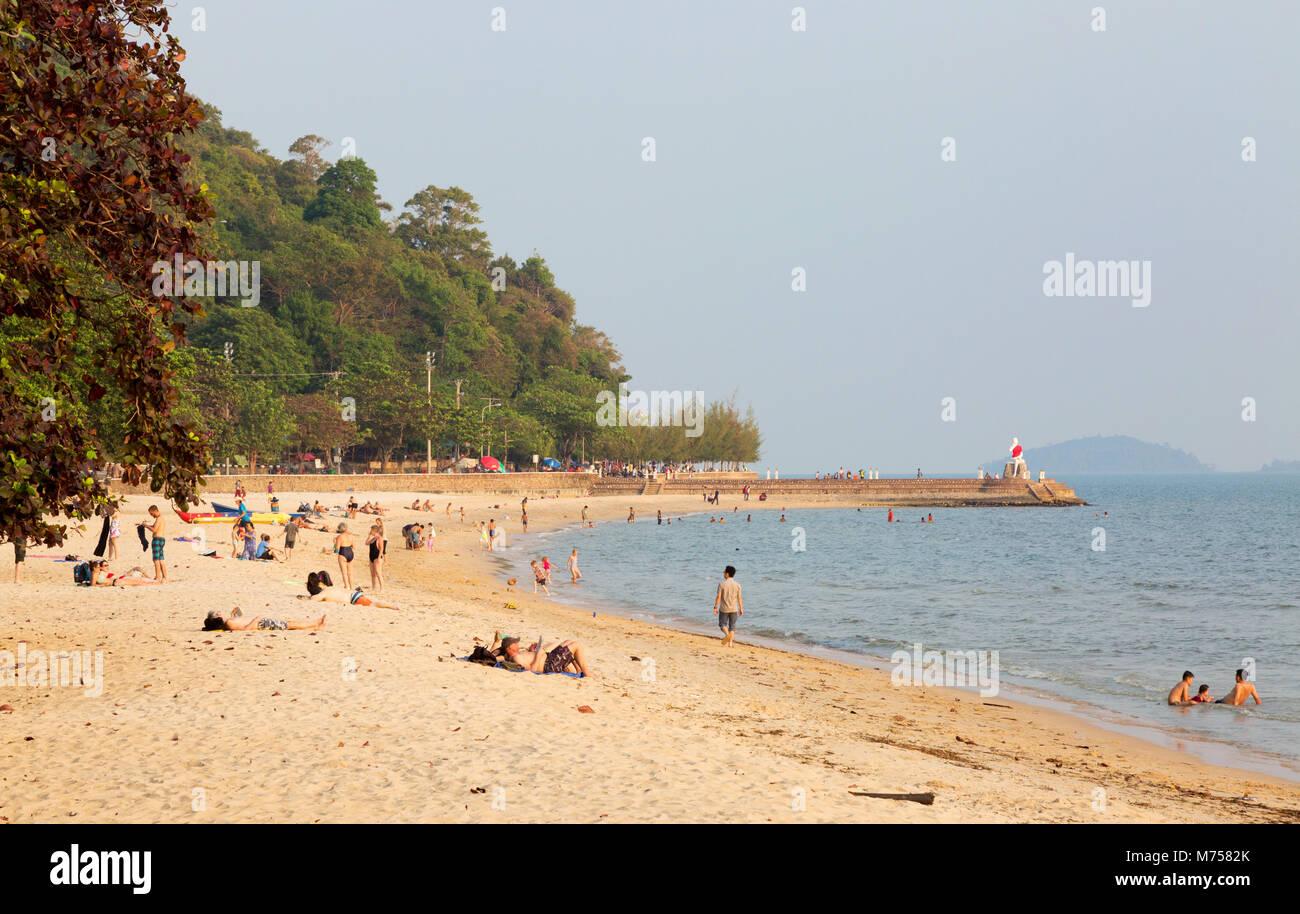 La population locale et les touristes à prendre le soleil sur la plage, la plage de Kep, Kep, la province de Photo Stock