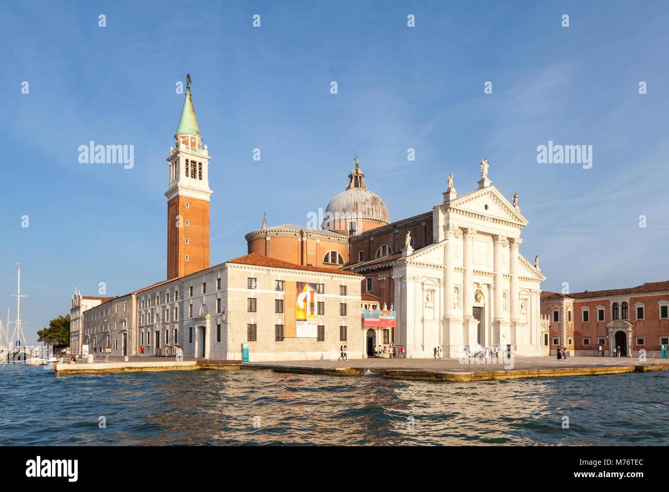 Isola di San Giorgio Maggiore au coucher du soleil, Venise, Vénétie, Italie avec l'église San Maggiore conçue par Palladio et monastère bénédictin de la G Banque D'Images