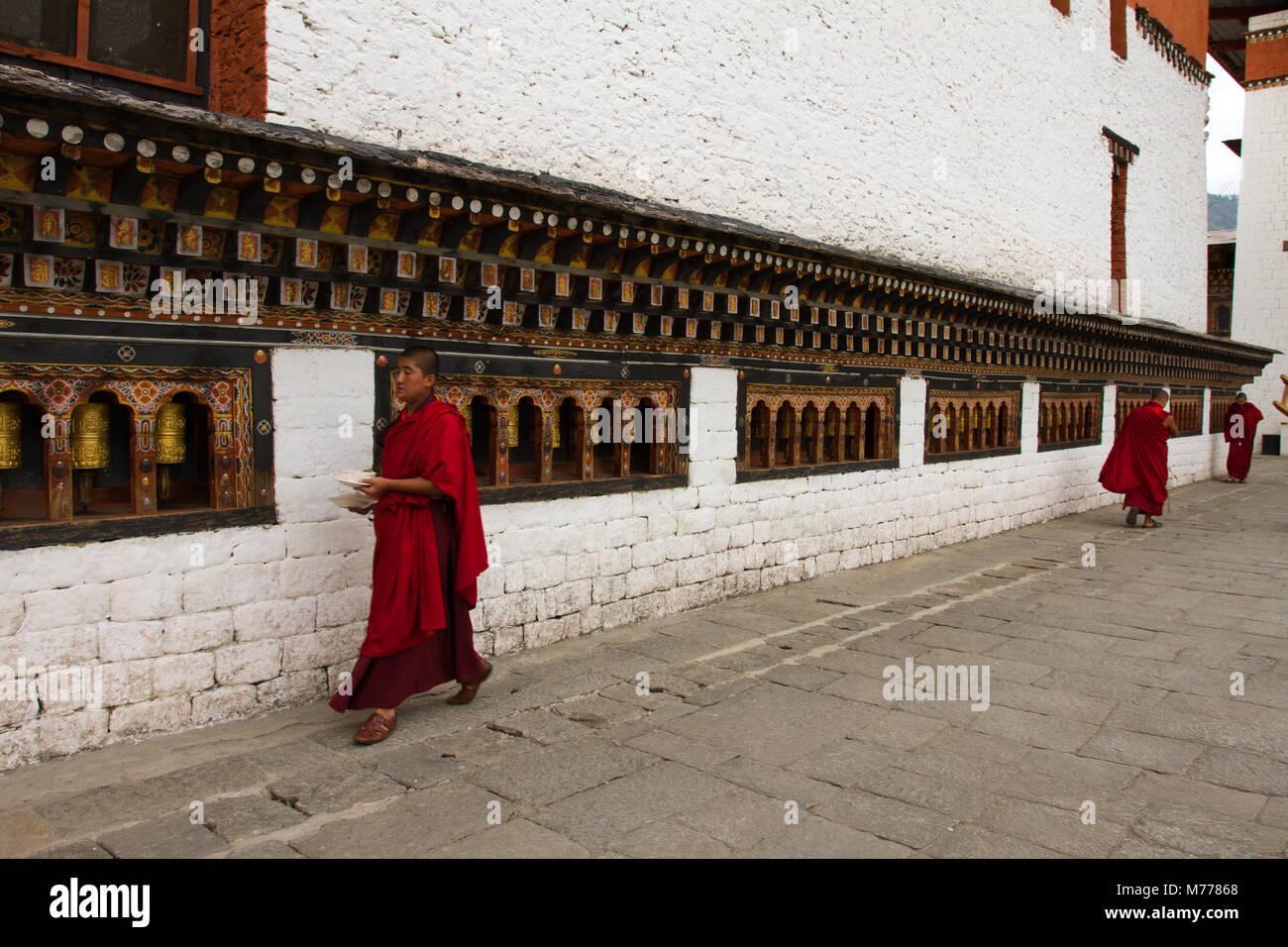 Les moines et les roues de prière, Tashi Chho Dzong Forteresse, Thimphu, Bhoutan, Asie Photo Stock