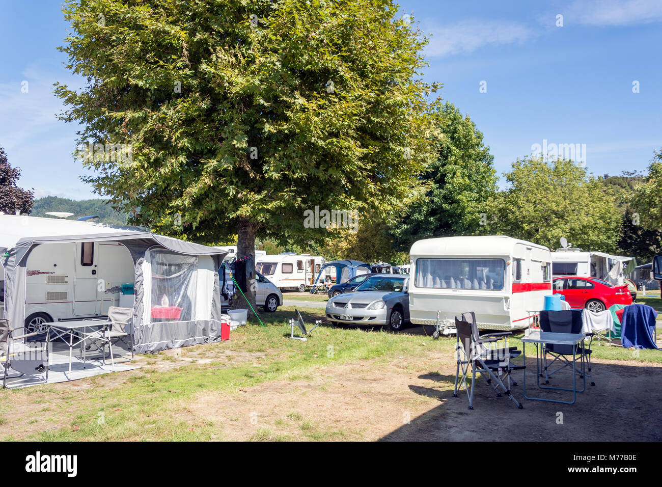Camping à Kaiteriteri Recreation Reserve, plage de Kaiteriteri, Kaiteriteri, district de Tasmanie, Nouvelle Photo Stock
