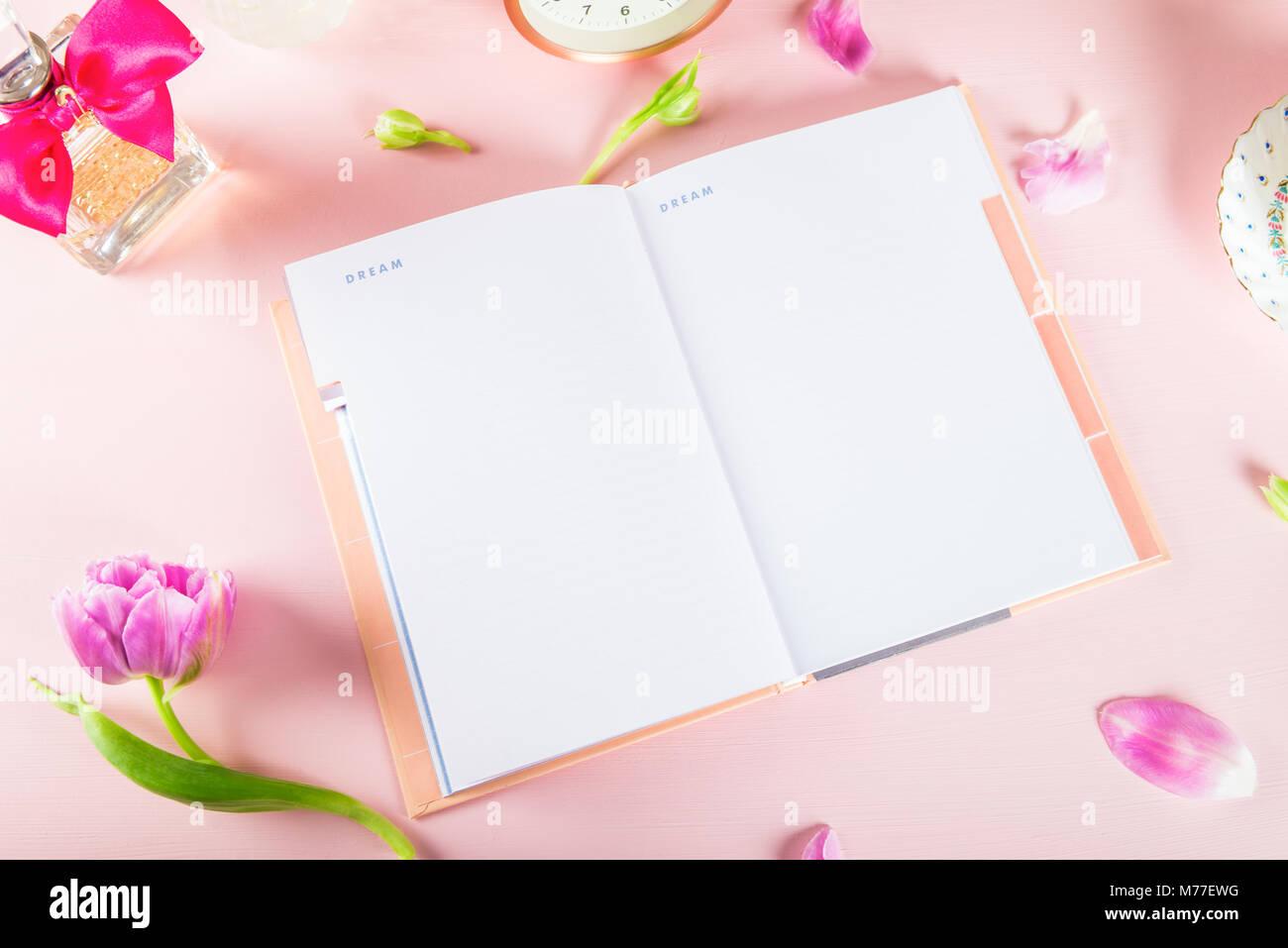 Ordinateur portable ouvert pour écrire les plans ou les rêves, girly paramètres sur la table avec Photo Stock