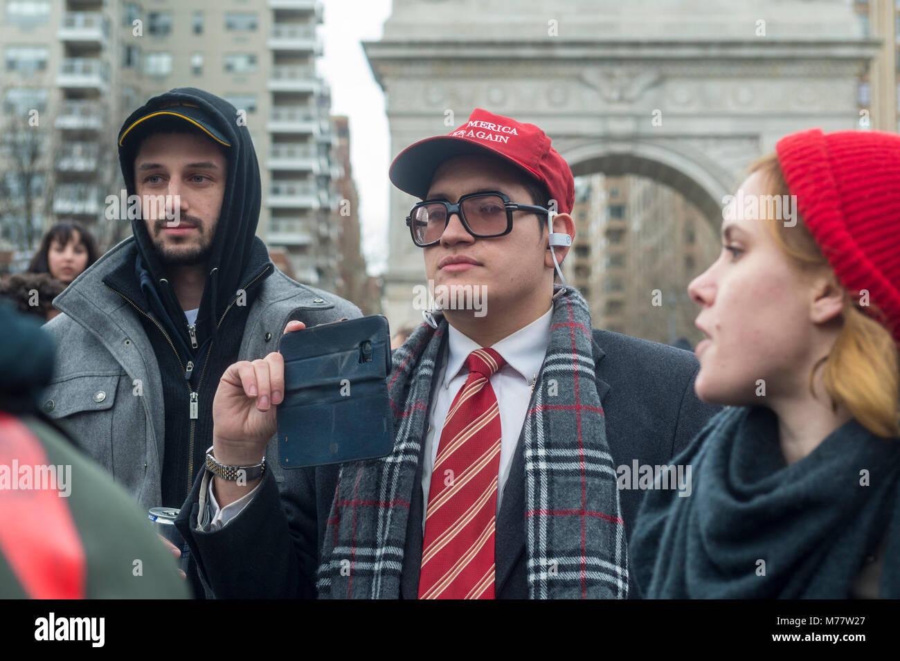 - New York, NY, USA. 8 mars 2018 l'homme dans un nouveau Grand Nord font rouge hat (MAGA) records durig militants Photo Stock