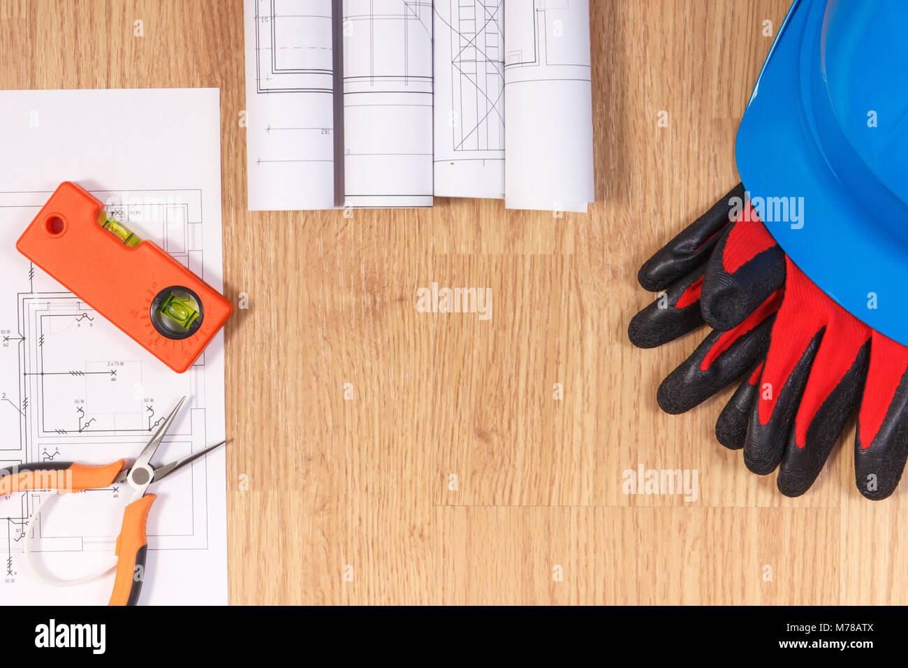 59d5639066c4e Des schémas ou des dessins de construction électrique, casque de protection  avec des gants et des outils de travail orange, accessoires pour  utilisation ...